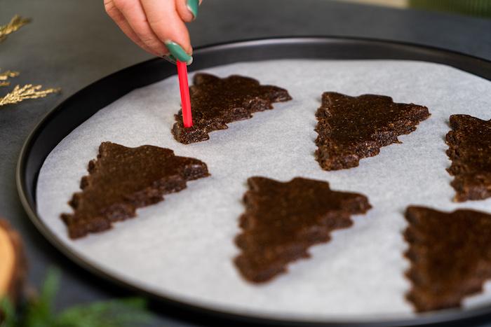 faire un trou dans le sablé de noel a l aide d une paille, recette sablé de noel et ornement de noel