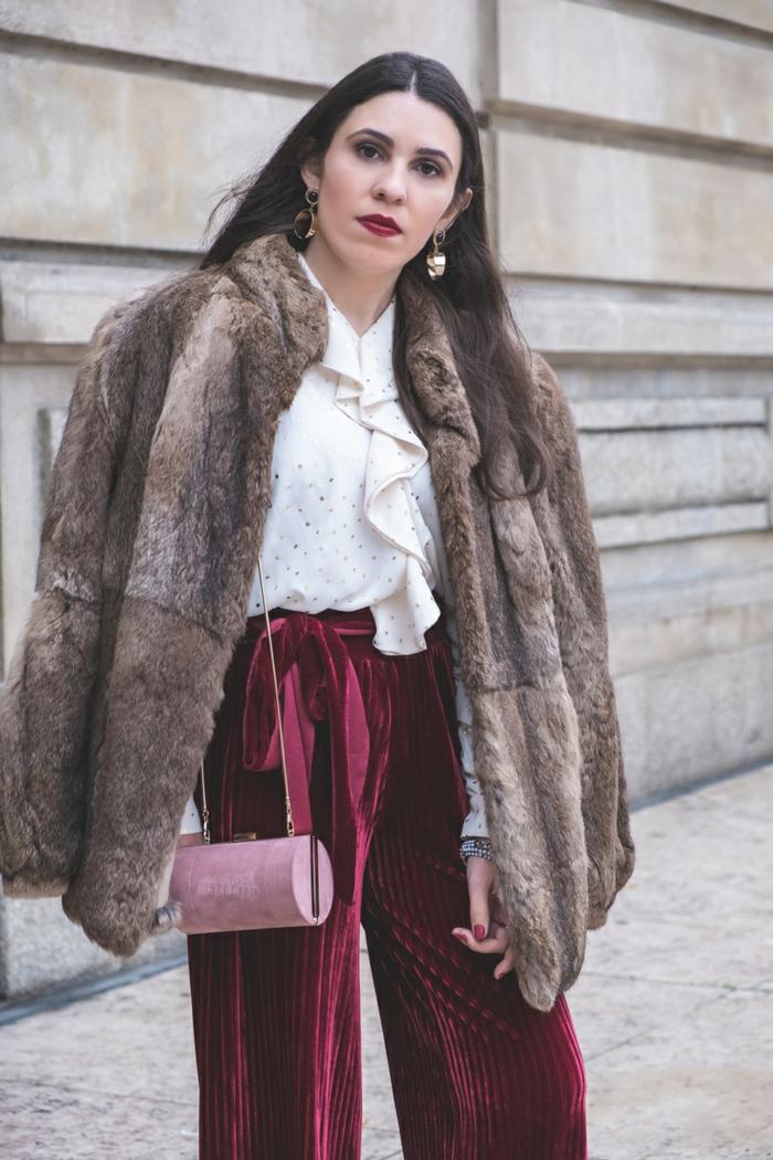 Tenue de fête femme, robe reveillon, tenue décontractée chic femme, manteau fausse fourrure et pantalon long evasee a couleur bordeaux