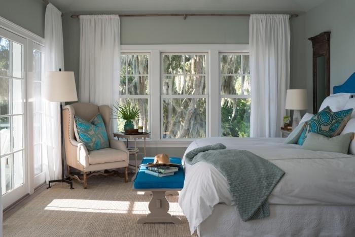 exemple quelle couleur associer au gris, aménagement chambre à coucher aux murs pastel et meubles en bois