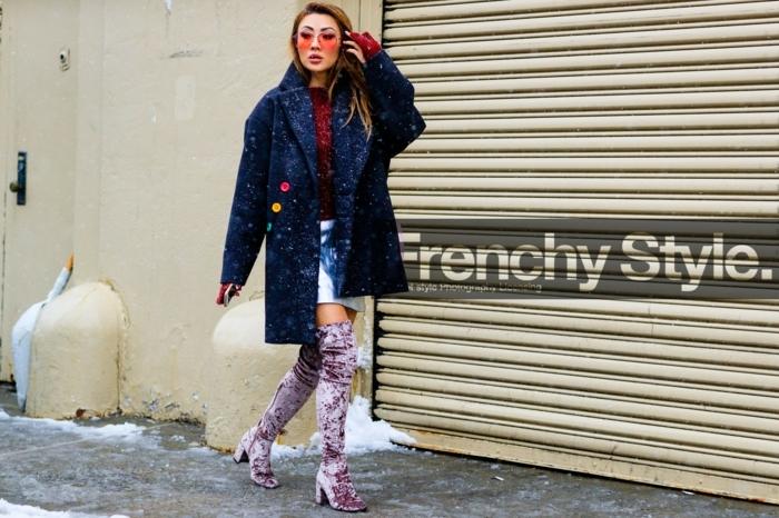 cuissardes mauves, manteau bleu foncé, lunettes de soleil rouges, jupe courte, look boheme chic