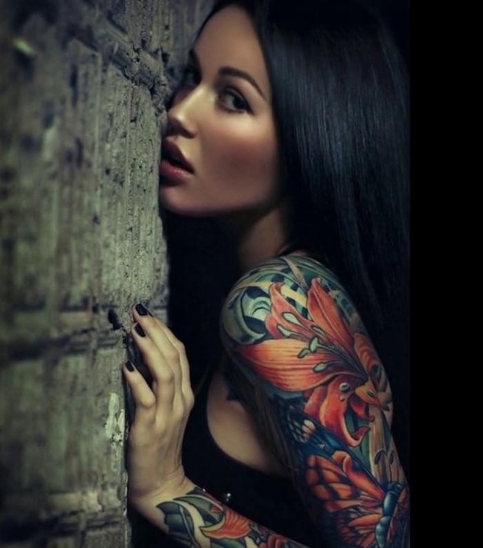 tatouage bras complet femme brune style japonais irezumi tattoo en couleurs avec fleurs et plantes