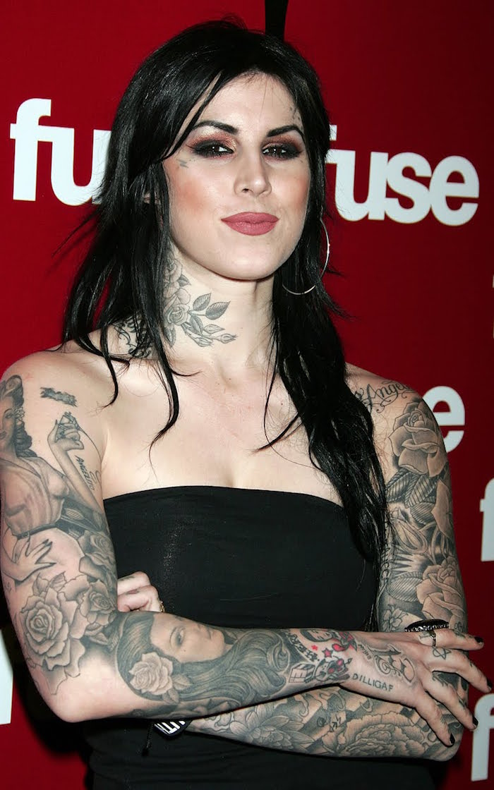 tatouages sur bras entier femme brune avec tattoo protraits retro et fleurs en noir et blanc