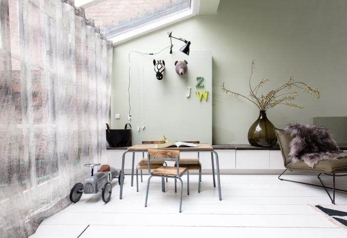 aménagement de salon vers la salle à manger aux murs vert pastel, idée couleur mur salon tendance 2019 vert pastel
