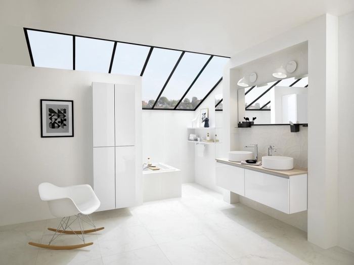 carrelage sdb blanc, comment aménager une salle de bain aux murs blancs avec meubles modernes à finition bois clair