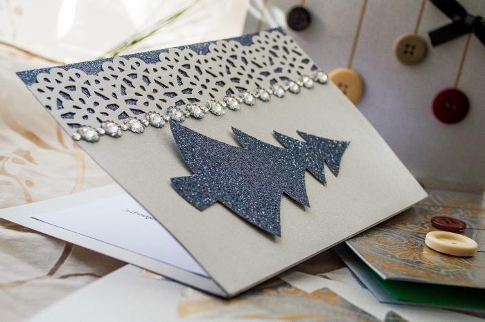 carte de noel scrapbooking, papier kraft personnalisé avec bordure aux motifs mandala et sapin découpé en papier pailletté