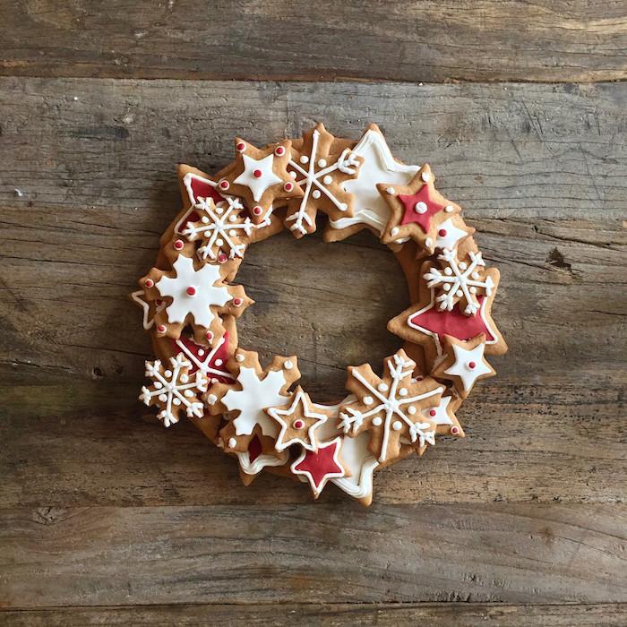 idee dessert à croquer pour noel, sablés de noel au gingembre avec decoration glaçage blanc et rouge
