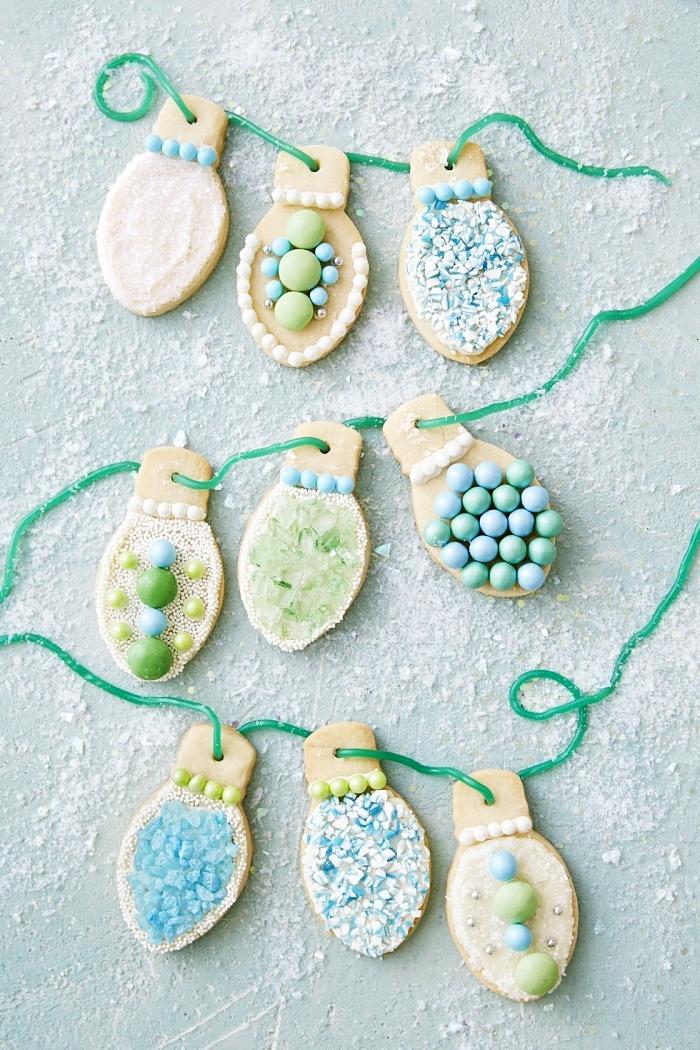 idée comment décorer un bredele alsacien, cookies au beurre avec jolie décoration sucrée en forme de guirlande lumineuse
