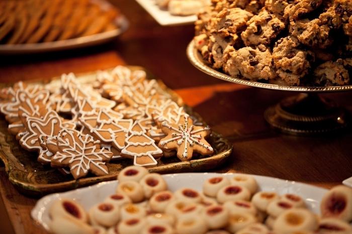 plateau avec cookies au gingembre, idée biscuits en forme flocons de neige et sapin avec décoration en glaçage royal
