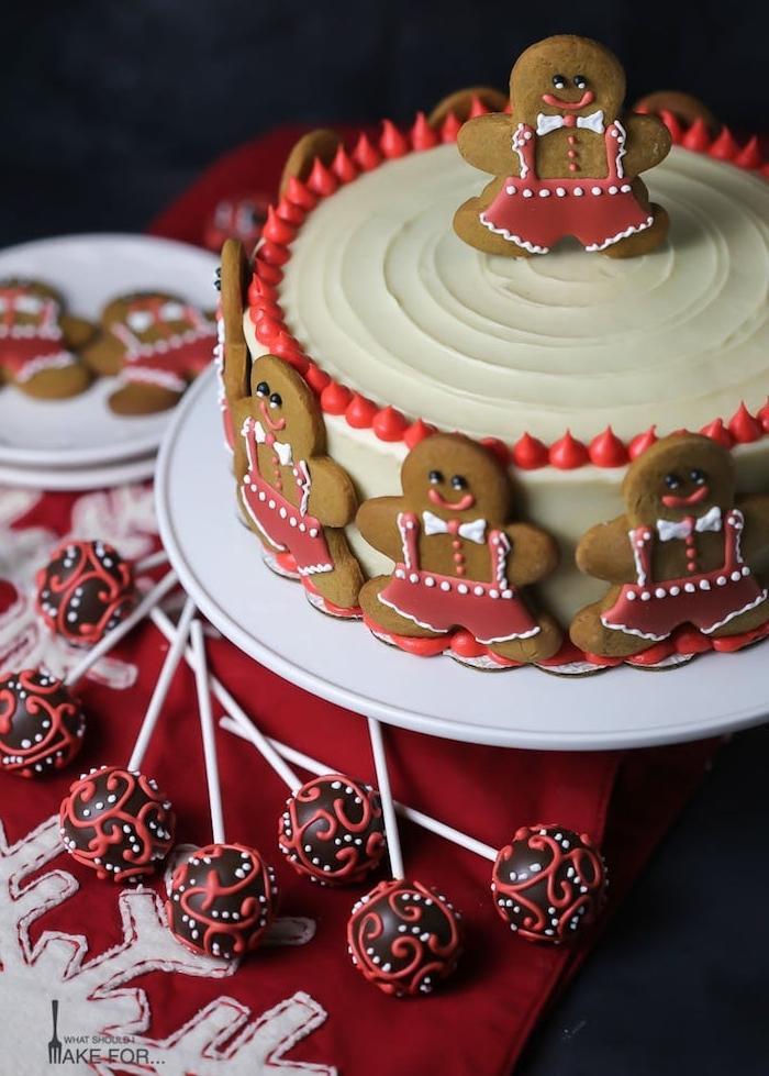 gateau pain d épices décoré de chocolat blanc et petits bonhommes épices décorés de glaçage rouge et blanc royal, cake pops de noel