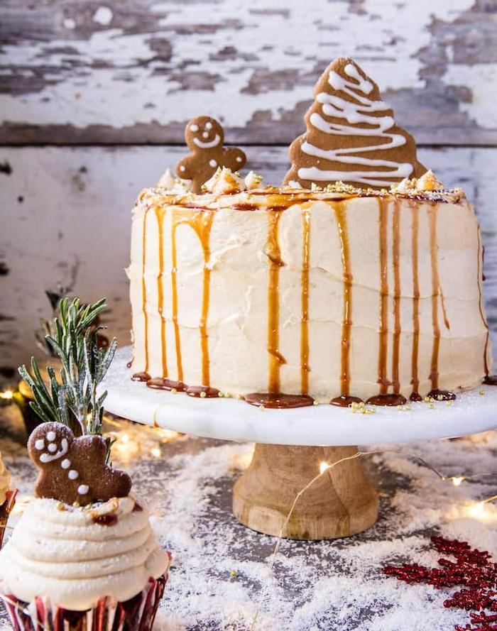 modele de gateau de noel au gingembre avec topping de caramel et petites décorations biscuits en pain épice