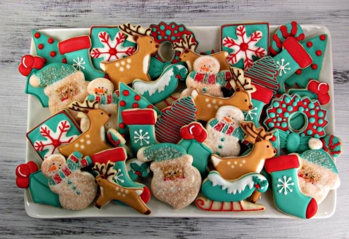 comment décorer bredele de noel, exemple de plateau avec cookies fait maison au gingembre cannelle et miel
