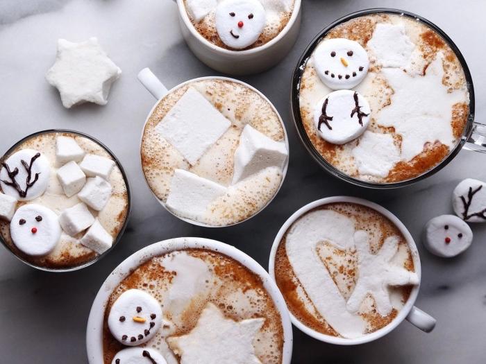 exemple boisson de Noel pour enfants, préparer un veritable chocolat chaud au lait, déco chocolat fondu à la crème fraîche et guimauves
