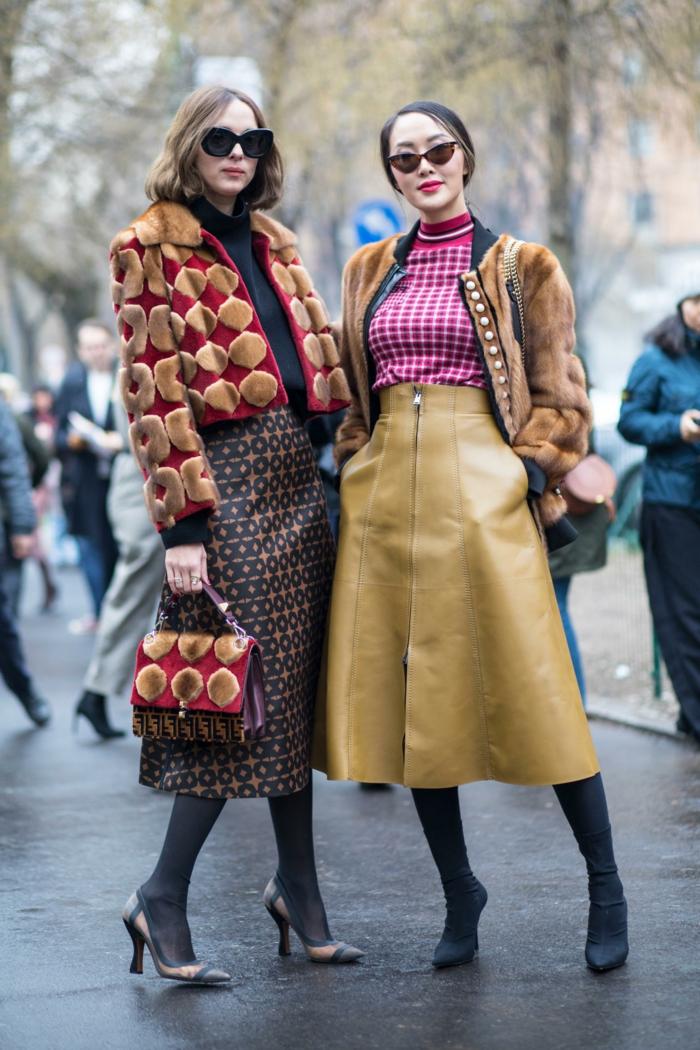 style d'hiver, pull femme hiver carreaux, mi-longue jupe simili cuir, jupe midi, sac et veste motifs fausse fourrure