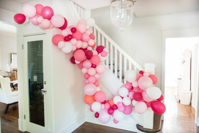 ballons décoratifs en arche attachés à l'escalier, maison blanche, décoration de ballons créative