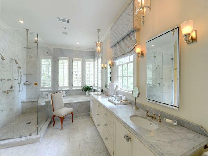 cabine de douche en angle, chaise baroque, plateau de vasque marbré, double vasque, placards blancs, appliques murales