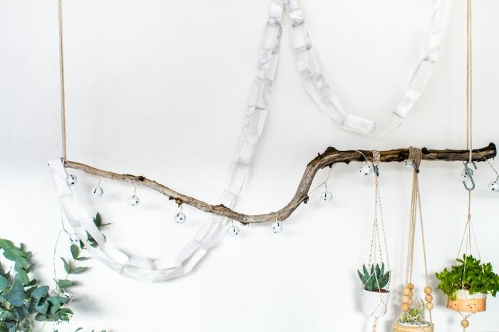 jolie guirlande de noël d'anneaux en papier autocollant effet marbre suspendue à une branche décorative pour une décoration de noël élégant et minimaliste