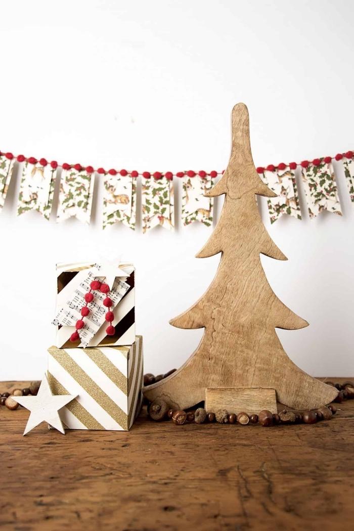 idée de decoration de noel fait main avec un petit budget, guirlande banderole de noel en papier imprimé à motifs vintage bordée de pompons rouges
