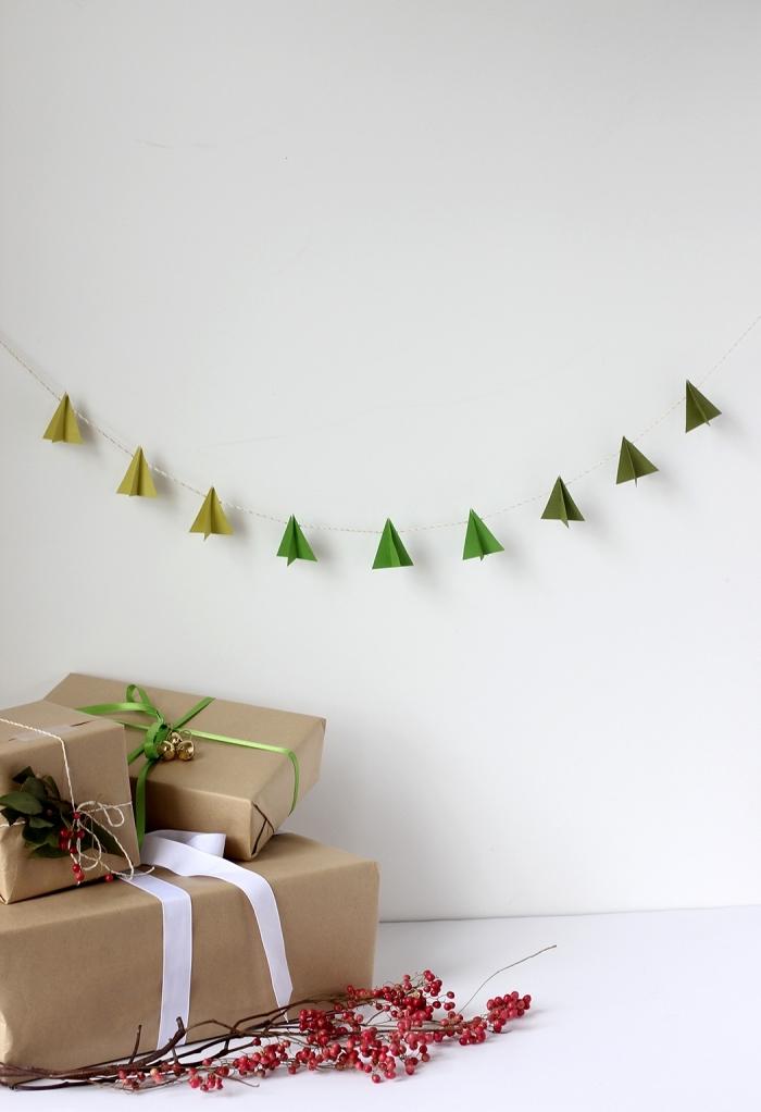 guirlande de noël minimaliste et aérienne de petits sapins de noel en papier origami en nuances de vert, comment faire un sapin origami facile