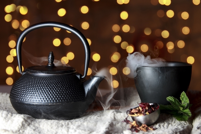accessoires pour préparer une boisson chaude, ustensiles cuisine, idée cadeau maman, service de thé en noir