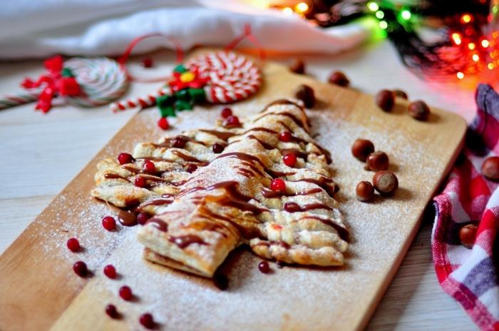 idée feuilleté sapin facile et rapide, recette pâte feuilletée à la garniture chocolatée et sucre glace, idée comment décorer un dessert de noel