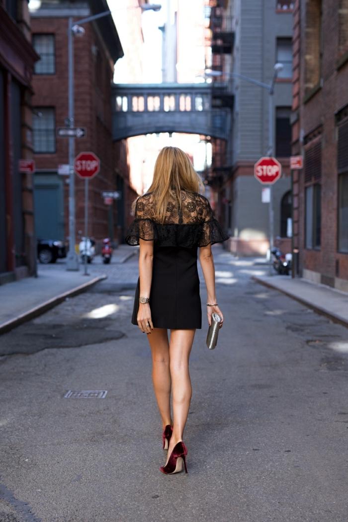 tenue femme élégante, robe noire, pochette lumineuse, escarpins en velours rouge, dos dentelle, manches volant au chiffon