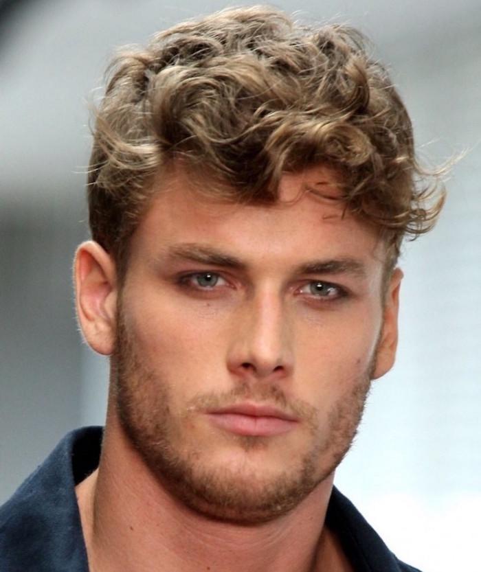 modele coupe cheveux boucles blonds tendance simple nature et yeux bleus