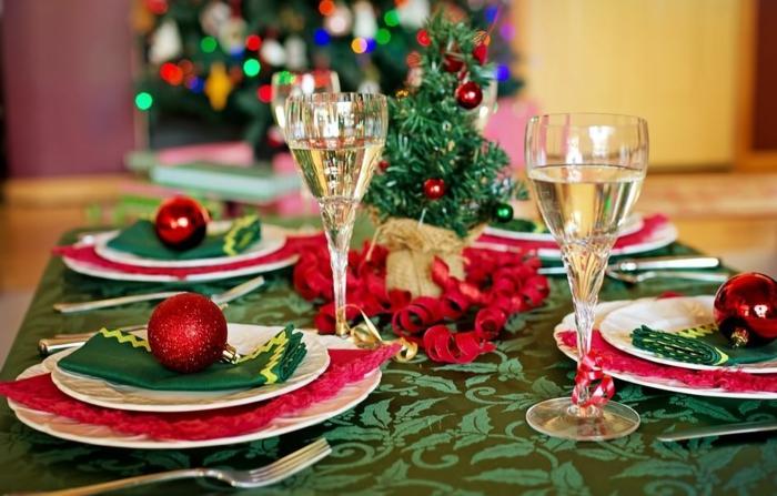 id e de table de noel festive chemin de table vert assiettes arrang es avec une boule de noel rouge verres remplis de vin blanc petit sapin