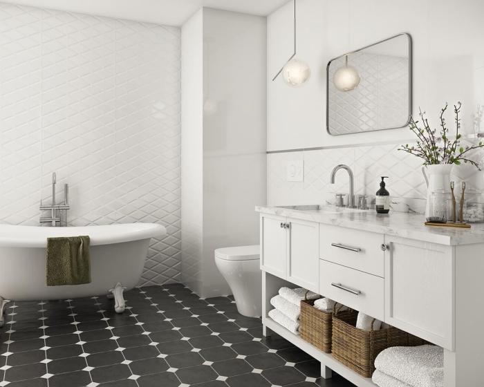 carrelage salle de bain moderne, déco de salle de bain en blanc et noir avec accents en marbre et métal, astuce rangement panier paille