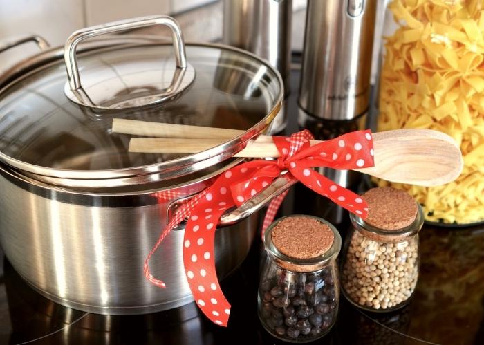 set de casseroles et pots pour femme, idée cadeau maman qui aime cuisiner, pots à épices en verre, exemple cadeau de noel pour femme