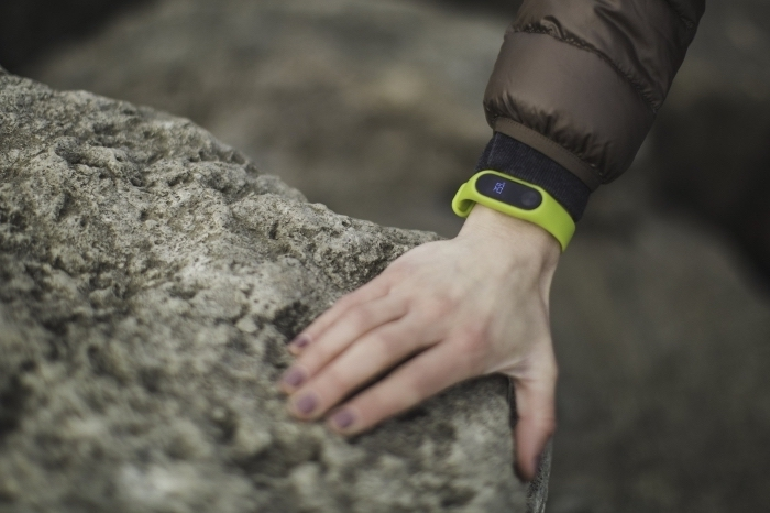 modèle de bracelet fitness en vert, exemple de suiveur fitness femme, bluetooth bracelet femme sportive, idee cadeau noel femme