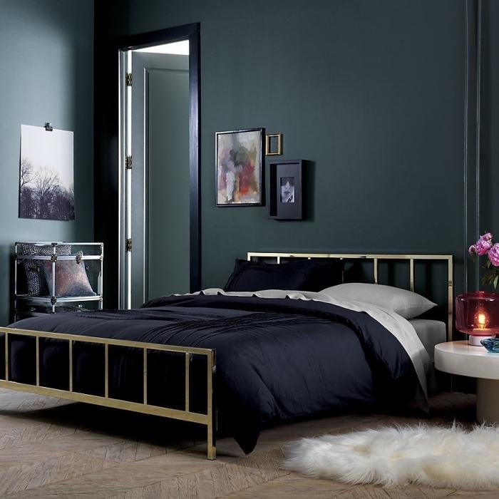 exemple de déco stylée dans une chambre à coucher foncée, peinture vert de gris ou vert foncé pour une chambre moderne