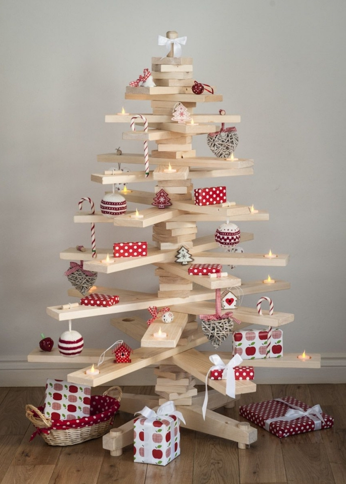 sapin de noel en bois a faire soi meme réalisé avec des tasseaux de bois croisés, qui joue le rôle d'une étagère originale