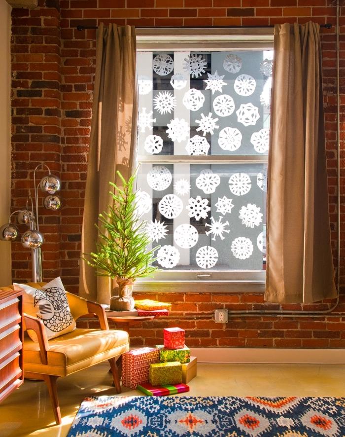des flocons de neige à designs variés découpés dans des filtres à café qui ornent les vitres de la fenêtre, idée de décoration de noel a fabriquer en papier