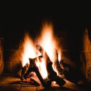 Cocoonez votre intérieur grâce à nos astuces pour choisir une cheminée moderne qui apporte de la chaleur