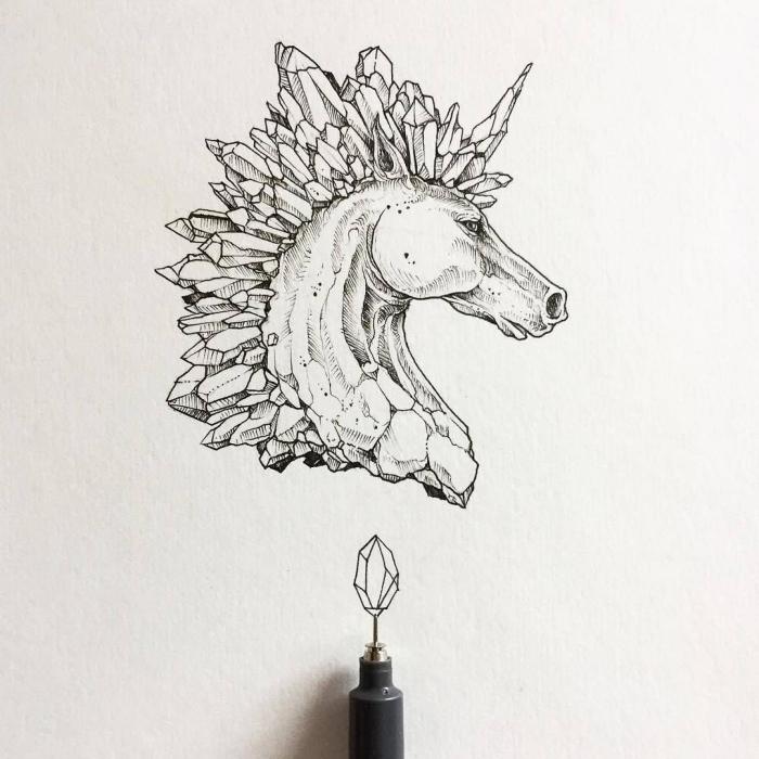 dessin de tatouage tête de licorne graphique avec une crinière géométrique composée de géodes