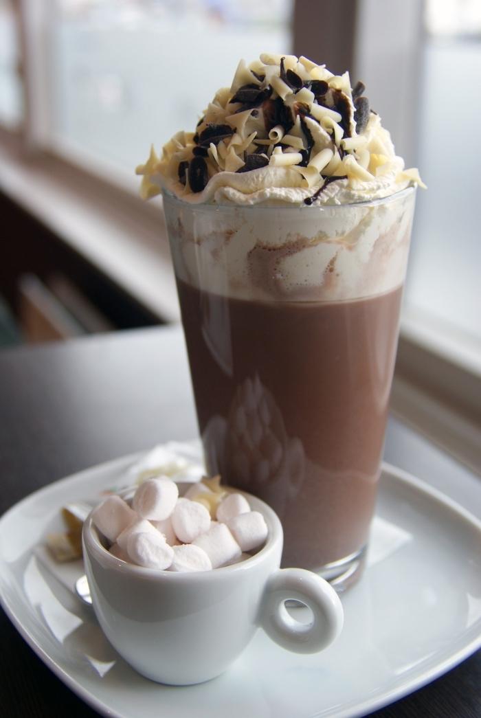délicieux chocolat liégeois au crème fraîche et amandes, décoration chocolat fondu, petit mug rempli de guimauves