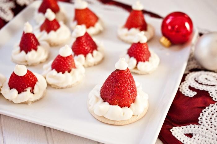exemple art culinaire pour noel, mini gâteaux pour noel en forme chapeau de père noel avec glaçage et fraises
