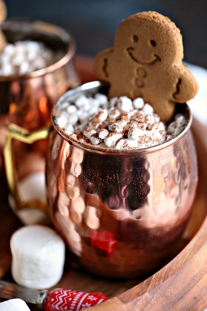 exemple de chocolat chaud gourmand servi dans mug cuivré à design en relief, comment garnir un chocolat fondu