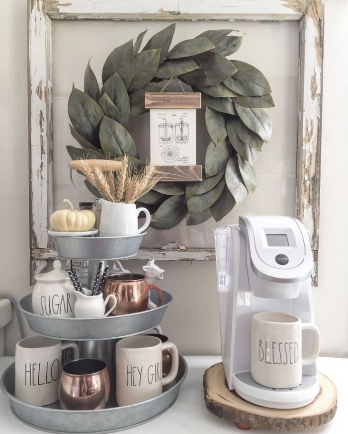 un coin café de style champêtre avec un plateau à trois niveaux en zinc et une cafetière posée sur un rondin de bois