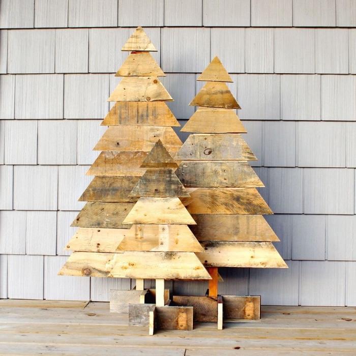 sapin de noel en bois rustique en trois tailles différentes réalisé aves des planches de bois, décor rustique et naturel pour la fête de noël