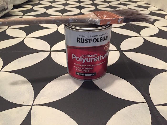 repeindre ancien sol en carrelage avec peinture au polyurethane étanche et pochoir noir et blanc