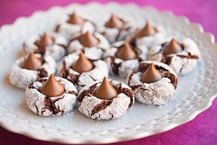 recette gateau de noel au chocolat, exemple de petites fleurs d'arachide au chocolat avec sucre glace et amande