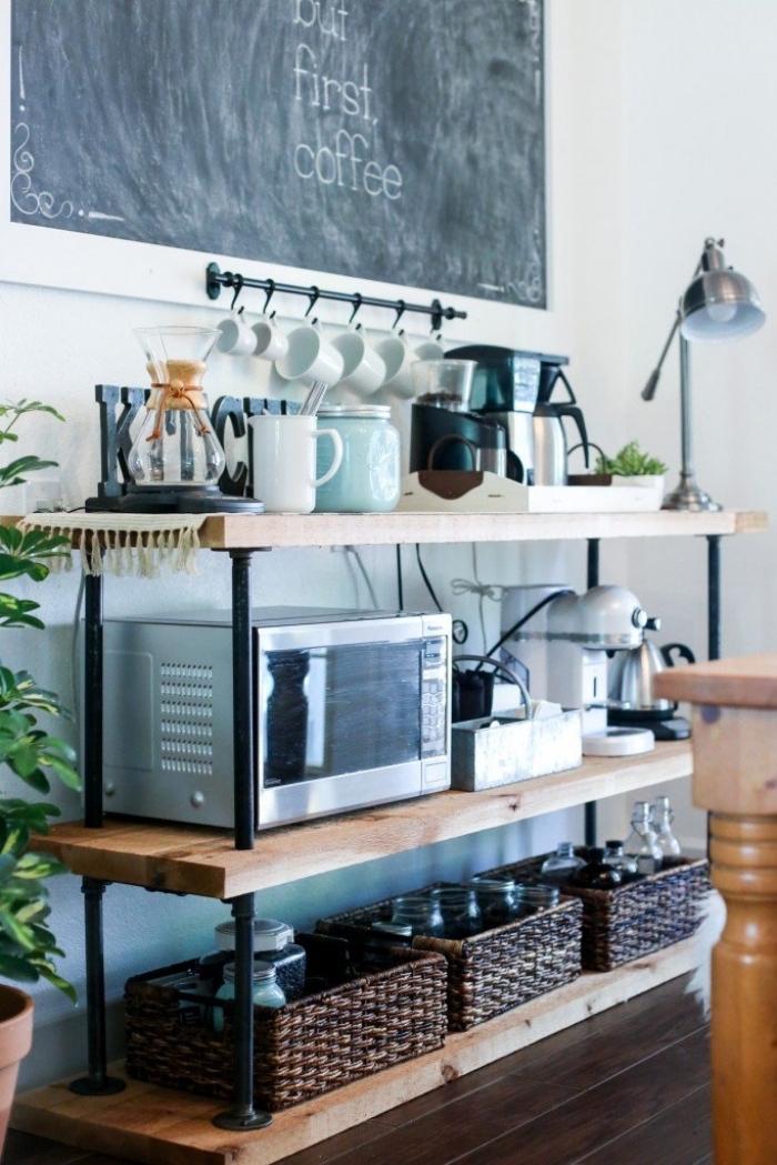 aménager un coin café de style industriel avec une étagère en bois et tuyaux en métal sur laquelle on a rangé des paniers, des petits appareils électroménagers et un porte-tasses à café