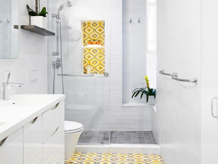 amenagement petite salle de bain 4m2, astuce rangement salle de bain avec étagère murale en bois foncé, modèle carreaux jaune