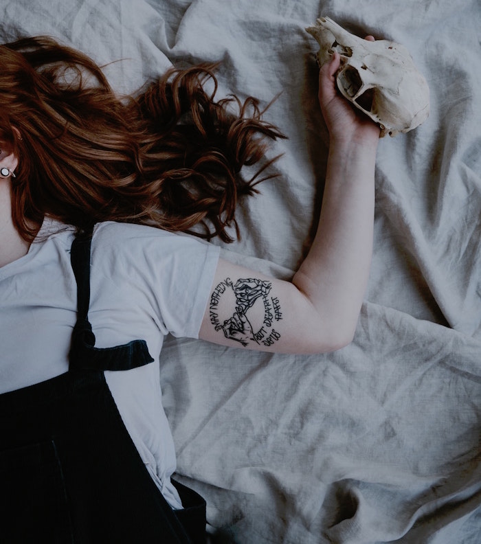 tatouage intérieur bras pour femme main squelette noir et blanc style gothique