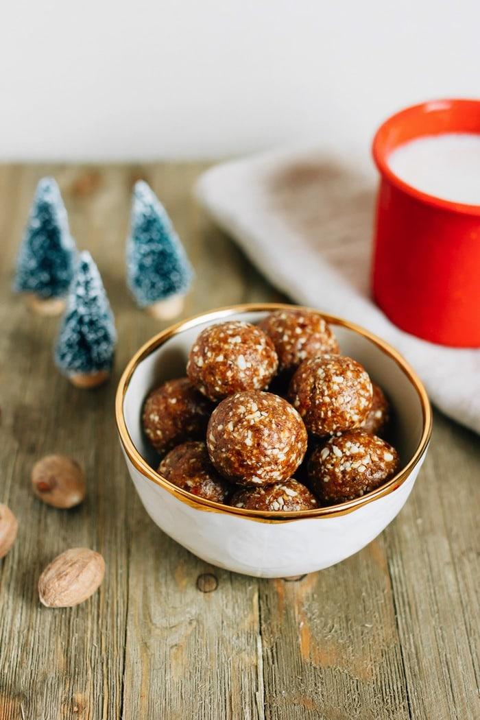 boules de noel énergétiques, truffes sains de noel dattes, noix de cajou, gingembre, cannelle, petit gateau de noel healthy