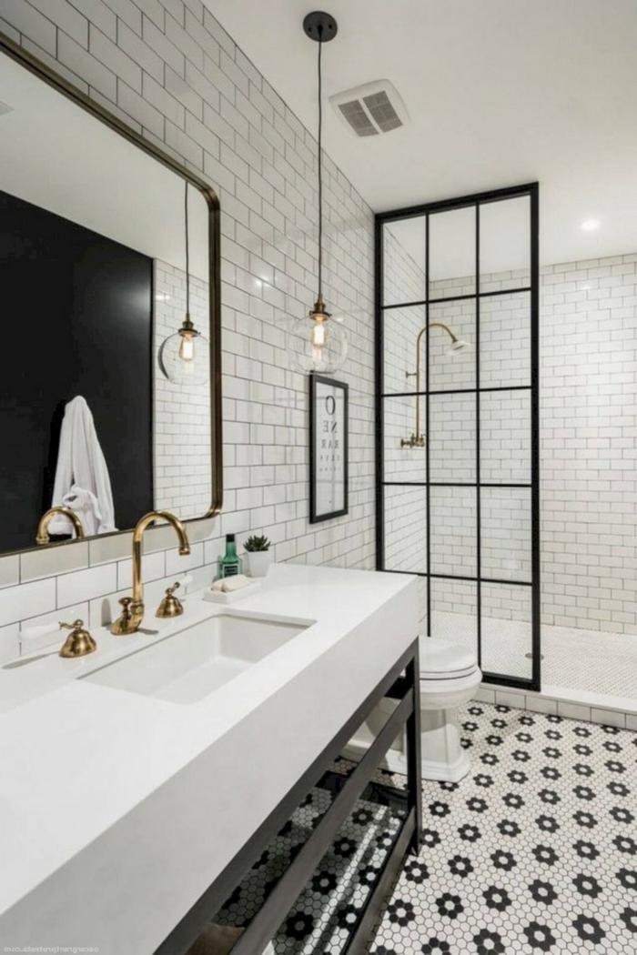 salle de bain noire et blanche, porte atelier, douche à l'italienne, grand lavabo blanc, grand miroir rectangulaire encadré, lampe ampoule