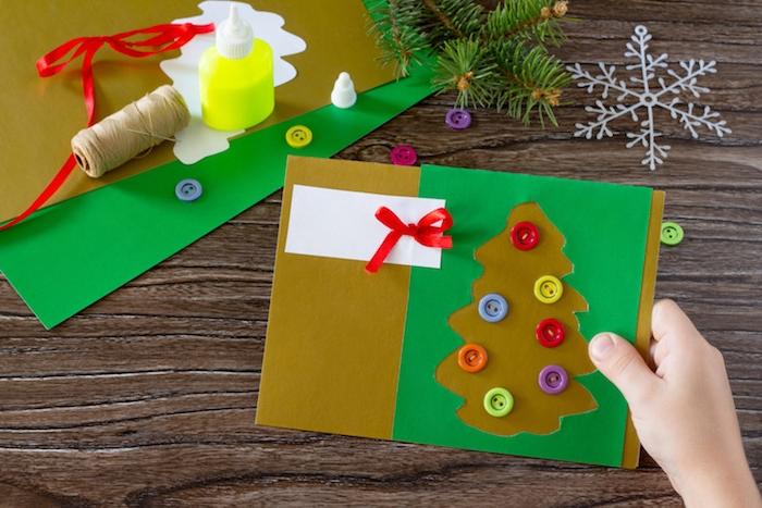 carte de noel en papaier avec silhouette de sapin de noel et boules de noel en boutons colorés, deco ruban rouge