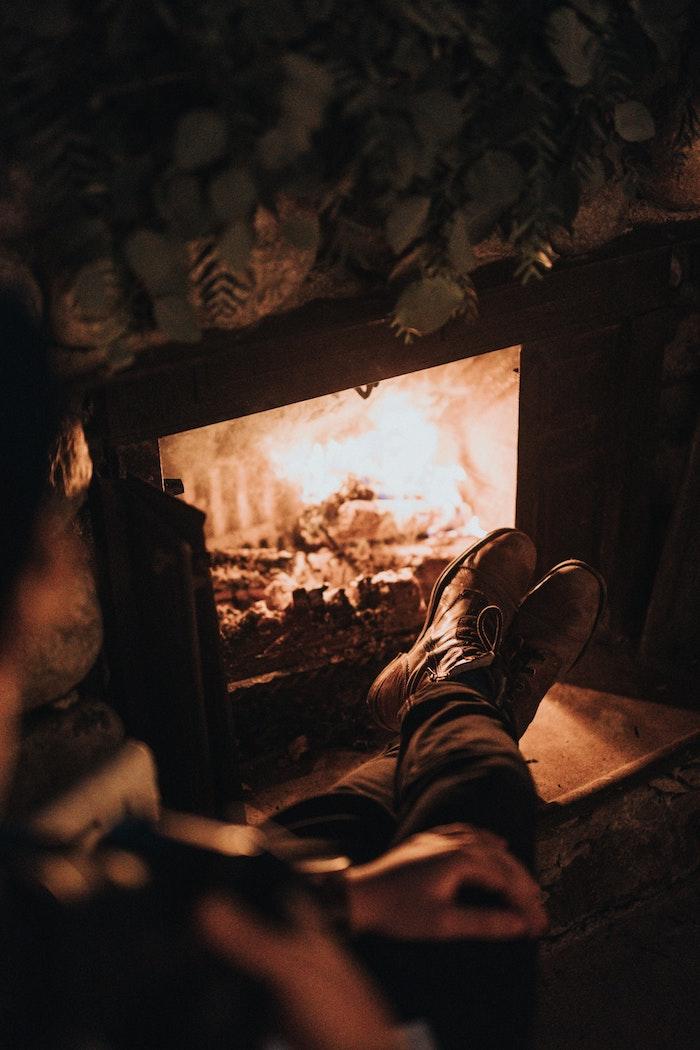 chauffage domestique au bois, choisir une cheminée bois à foyer ouvert pour une déco rustique et ambiance cosy dans le salon, passer des moments cocooning au coin du feu