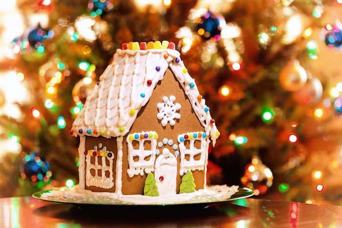 suggestion maison pain d épices avec toiture, fenêtres et porte en glaçage royal et deco de bonbons et perles comestibles colorées